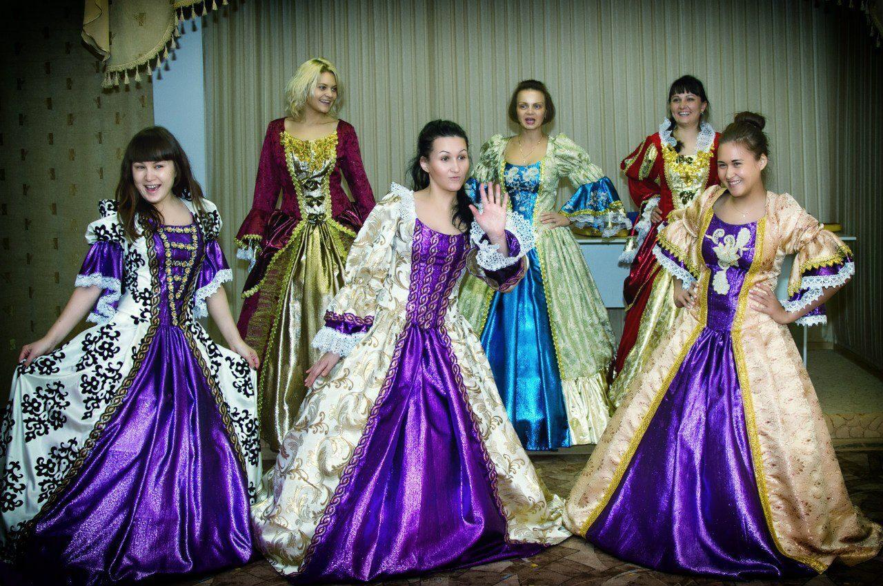 Венецианский карнавал завершается грандиозным балом, который словно возвращает в блистательное прошлое, когда девушки носили старинные платья, а молодые